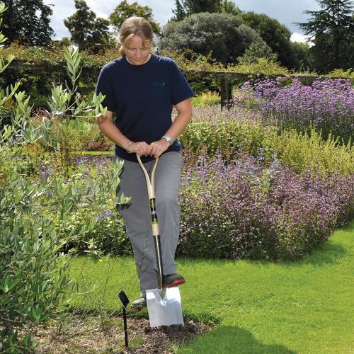 Treaded digging spade, H106.5 x W19.5cm